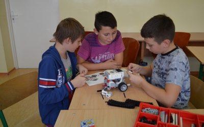 Uczniowie klasy VI b budują robota.