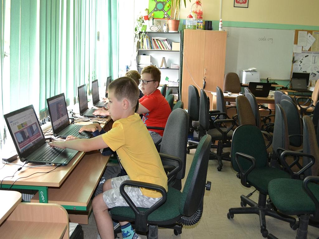 Uczniowie klas drugich ucza sieprogramowania
